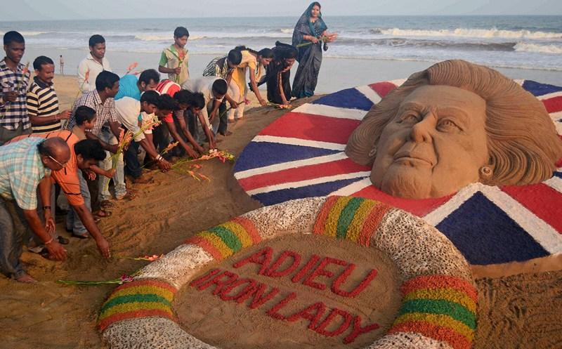 Пури, Индия, 9 апреля. Скульптор Судерсан Паттнаик создал скульптуру в память о Маргатер Тэтчер, первой женщине премьер-министре. Прощай, «железная леди»… Фото: STRDEL/AFP/Getty Images