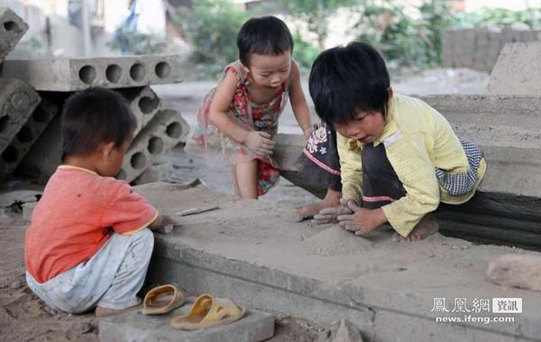 Діти селян (без ляльок та іграшок) грають з цементом. Китайська провінція Хунань. Серпень 2011. Фото: news.ifeng.com