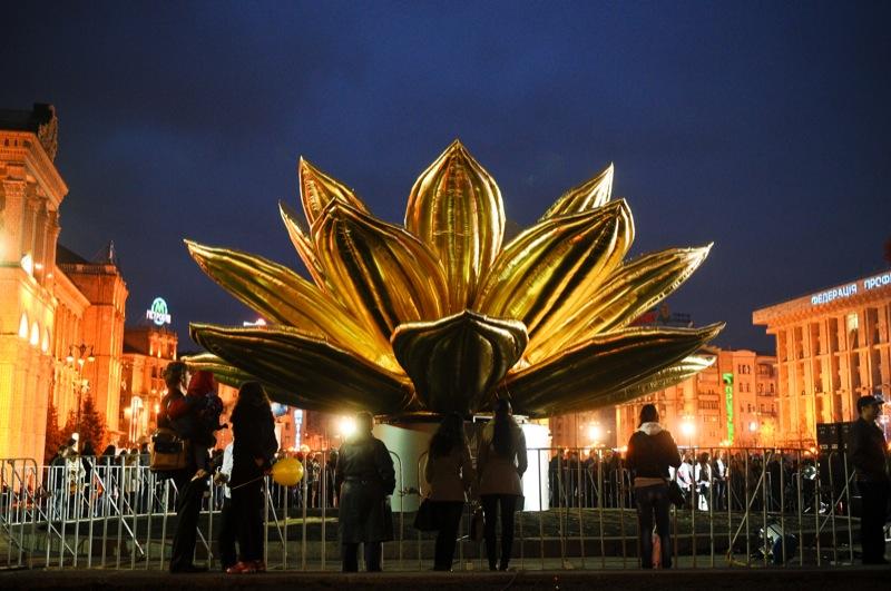 Десятиметровий лотос встановили в Києві 7 квітня 2012 року. Фото: Володимир Бородін/The Epoch Times Україна