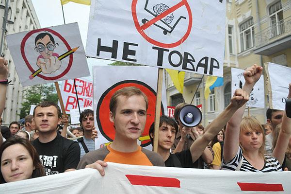 Студенты возле АП во время акции протеста против законопроекта «О высшем образовании» 25 мая в Киеве. Фото: Владимир Бородин/The Epoch Times