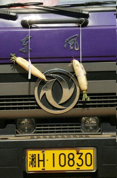 Две редьки висящие на машине. Фото: Getty Images