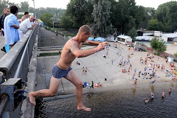 Десантник прыгает в воду с моста в Гидропарке во время празднования 80-й годовщины ВДВ в Киеве 2 августа 2010 года. Фото: Владимир Бородин/The Epoch Times