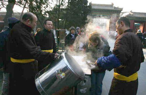 Во время праздника «Лаба» служители буддийских монастырей варят кашу «лаба» в больших чанах и выносят на улицы, раздавая людям. Фото: China Photos/Getty Images