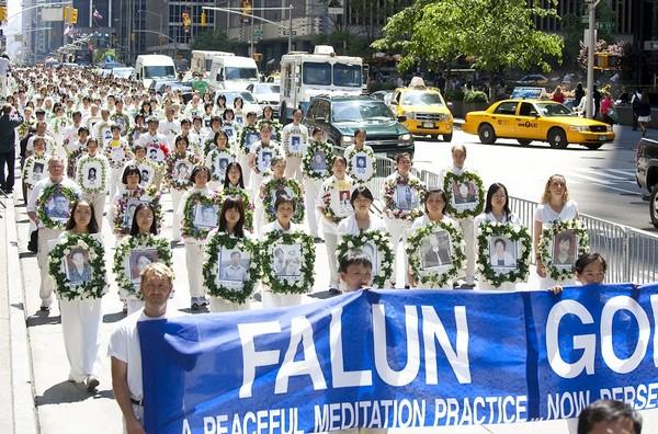Участники шествия несут фотографии погибших от репрессий в Китае последователей Фалуньгун. Нью-Йорк. 6 июня 2009 год. Фото: Ли Юань/The Epoch Times