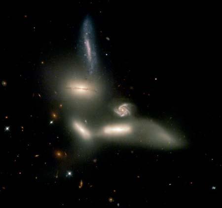 12 грудня 2002 р. Картина зіткнення 6 галактик перед їхнім розпадом. На думку вчених, увесь процес зіткнення триватиме мільярди років. Фото: NASA, J. English (U. Manitoba), S. Hunsberger, S. Zonak, J. Charlton, S. Gallagher (PSU), and L. Frattare (STScI)
