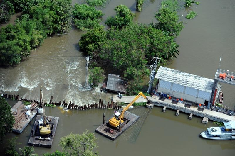 Наводнение в Таиланде. Фото: CHRISTOPHE ARCHAMBAULT/AFP/Getty Images
