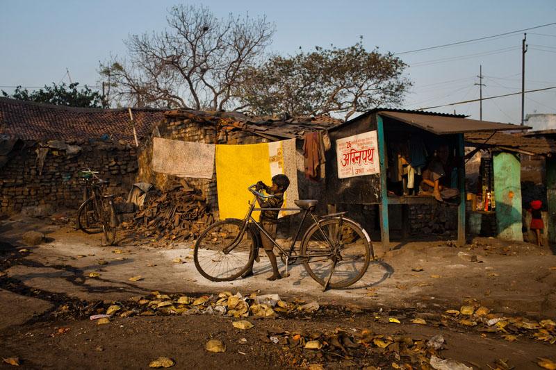 Мальчик возвращается домой после сбора угля. Фото: Daniel Berehulak/Getty Images