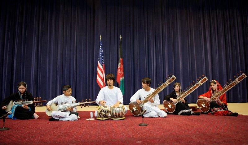 Вашингтон, США, 4 лютого. Виступ ансамблю афганського національного інституту музики в рамках турне по трьох містах країни. Фото: MANDEL NGAN/AFP/Getty Images