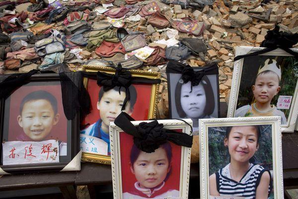Батьки сумують за своїми дітьми, які загинули під час землетрусу. Фото: Getty Images