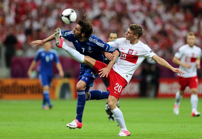 Варшава, Польща, 8 червня. Матч Польща — Греція. Лукаш Пішчек (Польща, справа) і Гіоргос Самарас (Греція) борються за м'яч. Фото: Alex Grimm/Getty Images