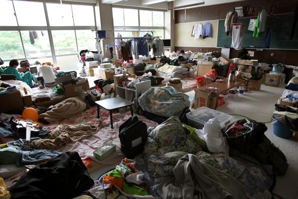 В классной комнате начальной школы Андо нашли приют семеро семей и два студента. г. Отсучи, префектура Иватэ. Фото: Kiyoshi Ota/Getty Images