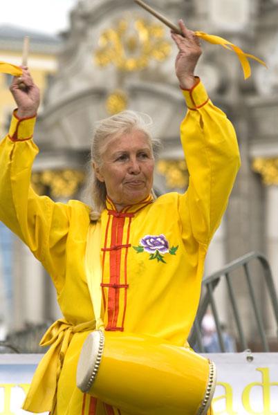 Последователи Фалуньгун выполняют танец китайских барабанщиков на площади Независимости в Киеве в Международный День Фалунь Дафа 13 мая 2008 года. Фото: The Epoch Times