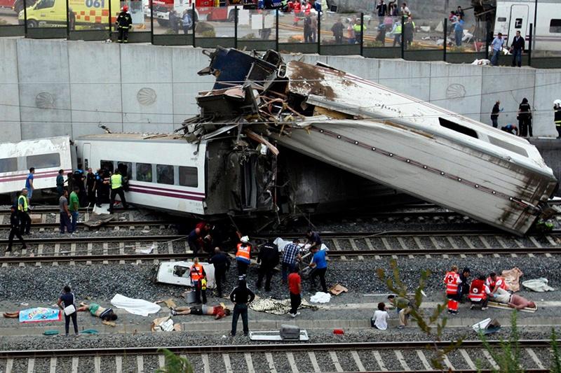 Сантьяго-де-Компостела, Испания, 24 июля. Перевозивший 238 пассажиров поезд из-за превышения скорости не вписался в поворот и сошёл с рельсов. В результате катастрофы погибли 78 человек. Фото: OSCAR CORRAL/AFP/Getty Images
