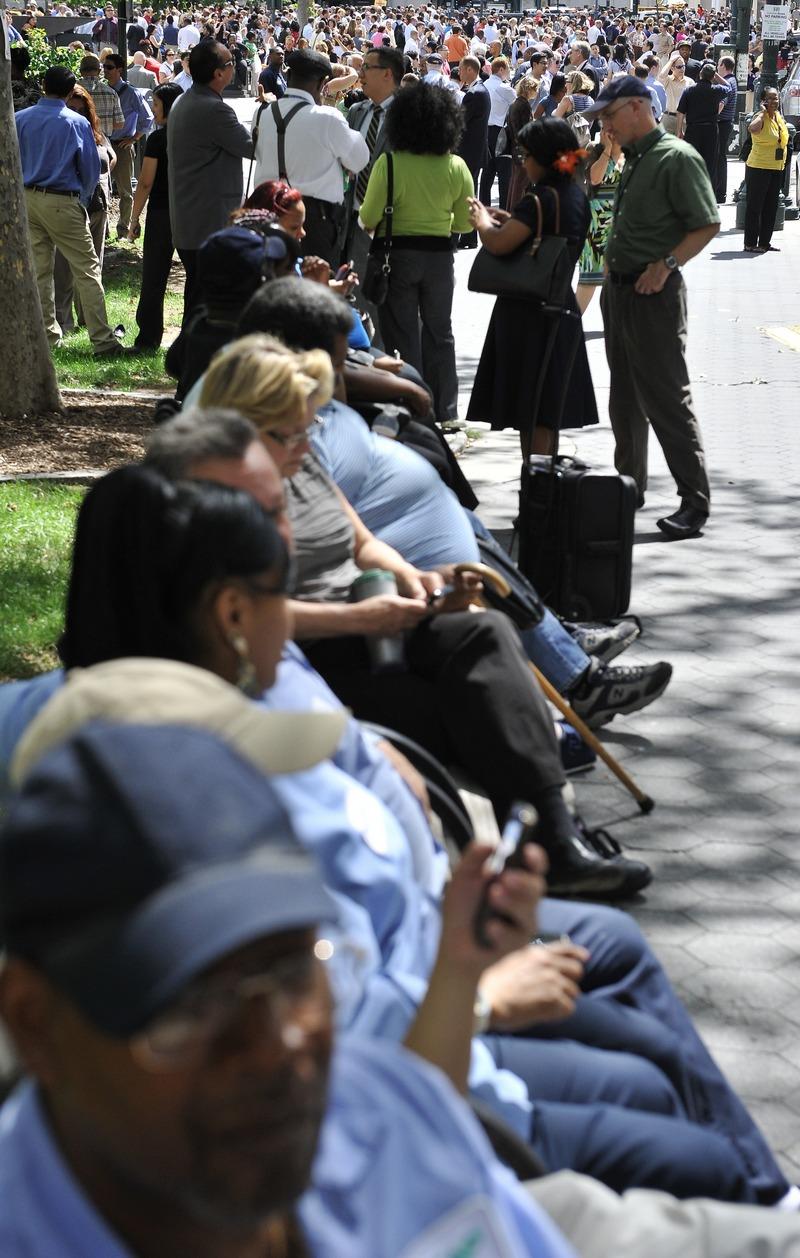 Эвакуированные люди ожидают окончания землетрясения на площади у здания Федерального суда в Нью-Йорке 23 августа 2011. Фото: Nicholas Kamm / Getty Images