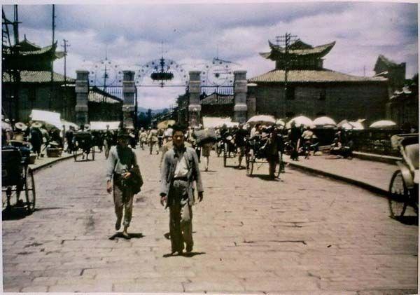 Вулиця біля воріт «Хугомен» («Ворота, що захищають країну»). Місто Куньмін провінції Юньнань в 1945 році
