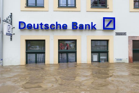 Затоплений банк в місті Грімма, Німеччина. Фото: Jens Schlueter/Getty Images