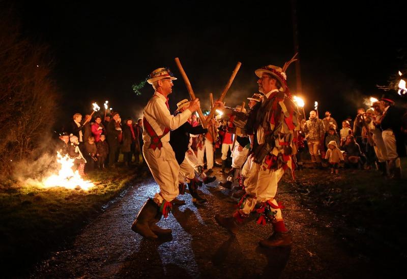 Болні, Англія, 5січня. Чоловіки виконують традиційний танець під час свята, присвяченого захисту яблучних садів від злих духів. Фото: Peter Macdiarmid/Getty Images