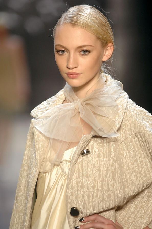 Модные шарфы — изюминка в наряде. Фото: Fernanda Calfat/Getty Images For IMG