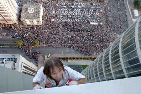 Ален Робер наиболее силен в покорении небоскребов мира голыми руками. Фото: STR/AFP