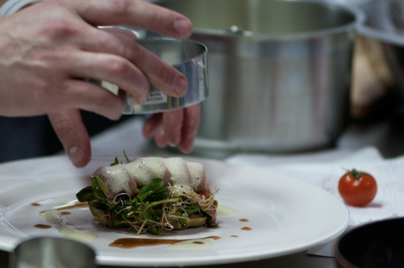 Шеф-кухар Ігор Брагін поділився секретами кулінарії під час майстер-класу в Кулінарної академії асоціації шеф-кухарів. Фото: Володимир Бородін / EpochTimes.com.ua