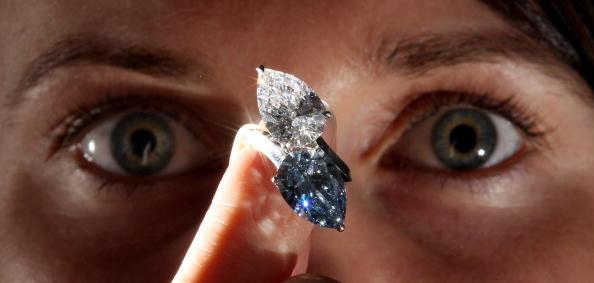Кольцо с голубым бриллиантом 5.02 карата на великолепной продаже драгоценностей будет выставлен за 4 - 7 миллионов долларов. Фото: Dan Kitwood/Getty Images