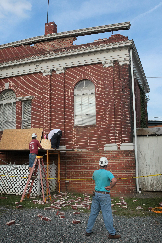 Рабочие начали ремонт здания мэрии в г. Минерале, штата Вирджиния 24 августа после землетрясения 23 августа 2011. Фото: Scott Olson / Getty ImagesРабочие начали ремонт здания мэрии в г. Минерале, штата Вирджиния 24 августа после землетрясения 23 августа 2