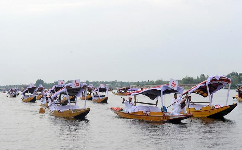 Шрінагар, Індія, 11 травня. На озері Дав проходять традиційні перегони на човнах-шикарах. Гонки призначені для привернення глядачів і розвитку туризму в неспокійному гімалайському регіоні. Фото: ROUF BHAT/AFP/Getty Images