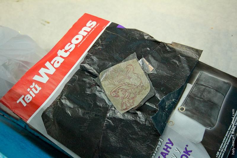 В цеху росписи свой «конвейер». Каждый художник делает свою работу. Одни наносят по трафарету рисунок на поверхность шара. Фото: holy-mozart.livejournal.com