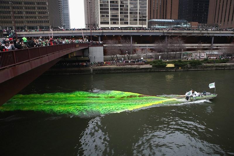 Чикаго, США, 16 марта. Вода реки Чикаго окрашивается в зелёный цвет — город празднует день святого Патрика. Фото: Scott Olson/Getty Images