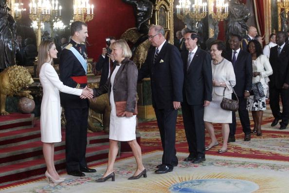 Король Испании Фелипе VI и королева Летиция лично приветствуют гостей. Фото: Miguel Acero — Pool/Getty Images