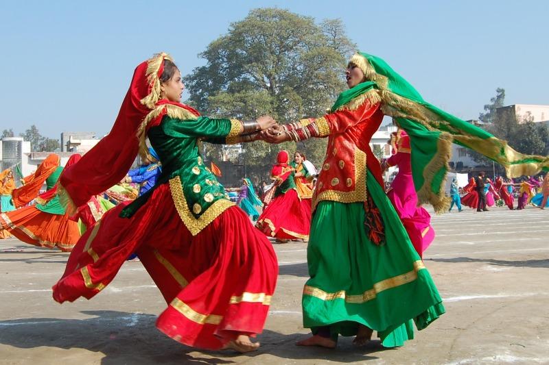 Индийские девушки выполняют традиционный народный танец панджаби «Гиддха», Амритсар. Фото: NARINDER NANU/AFP/Getty Images