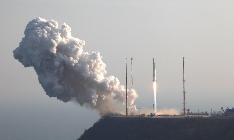 Кохін, Південна Корея, 30 січня. Успішний старт першої південнокорейської ракети «Наро» з науковим супутником на борту. Фото: Korea Aerospace Research Institute via Getty Images