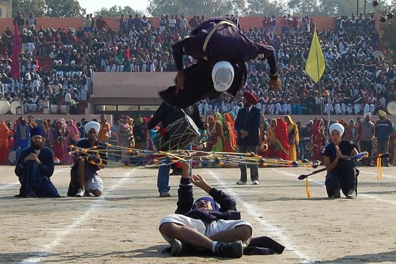 Сикхи і студенти академії «Мірі Пірі» виконують військовий танець сикхів Гатка на стадіоні в Амрітсарі, Індія. Фото: NARINDER NANU/AFP/Getty Images