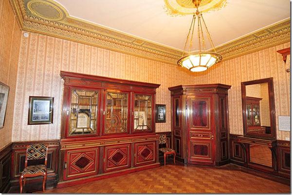 Масандрівський палац всередині. Вбудовані меблі з червоного дерева, люстри ручної роботи і дзеркала початкового інтер'єру. Фото: lifeglobe.net