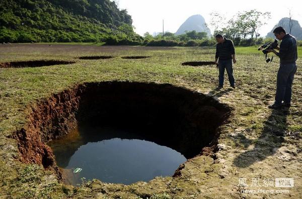 На дне высохшего водоёма образовались провалы. Фото с aboluowang.com