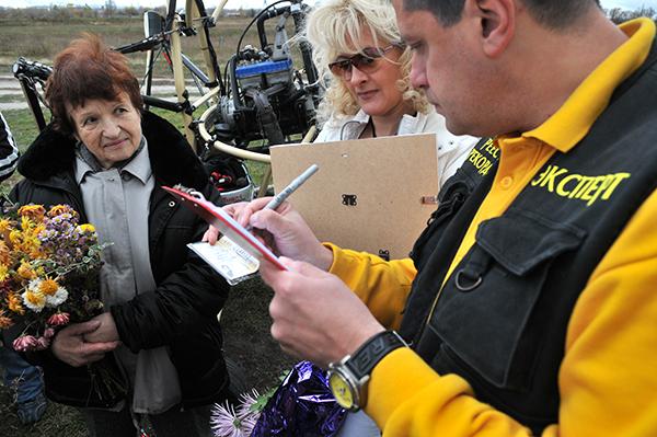 Регистрация рекордного полета Натальи Есипчук на паротрайке в 73 года. Фот: Владимир Бородин/The Epoch TimesУкраина