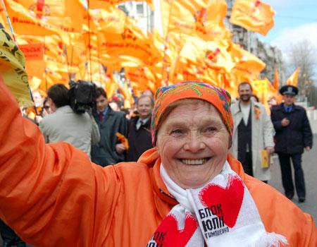 Постоянный спутник «помаранчевых» - баба Параска. Фото: Владимир Бородин/Великая Эпоха