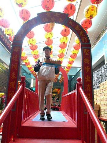 Мост счастья в храме Мацзу. Если через него перейти, то все несчастья, которые накопились за год, исчезнут, и будет счастье в новом году. Фото: Центральное агентство новостей