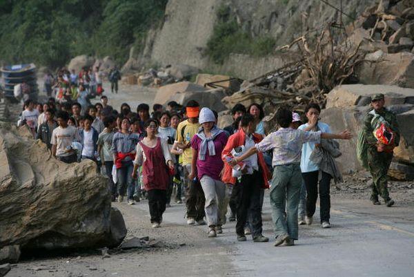 Школьники и студенты, выжившие в результате землетрясения, пешком уходят из опасных районов. Фото: China Photos/Getty Images