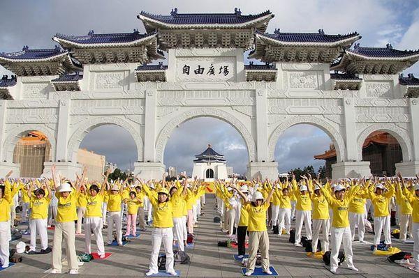 Более 3-х тысяч последователей Фалуньгун на площади Свободы в г.Тайбэе проводят акцию протеста против репрессий Фалуньгун в Китае в форме мирного сидения. Фото с minghui.org