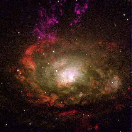 30 января 2000 г. Галактика Циркуль и высвобождающиеся в космос облака газа. Фото: NASA, Andrew S. Wilson (University of Maryland); Patrick L. Shopbell (Caltech); Chris Simpson (Subaru Telescope); Thaisa Storchi-Bergmann and F. K. B. Barbosa (UFRGS, Brazi