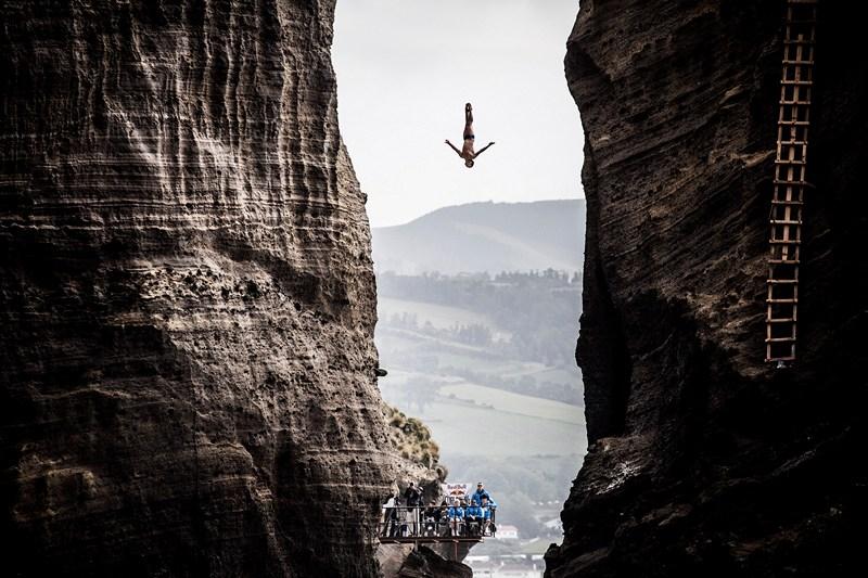 Понта-Делгада, Португалия, 28 июня. Джонатан Паредес совершает прыжок с 27-метровой вышки на соревнованиях по акробатическим прыжкам со скал (клифф-дайвингу). Фото: Romina Amato/Red Bull via Getty Images
