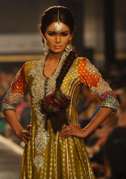 Презентація колекції від Nomi Ansari на Тижні моди 2010 в Лахоре. Фото Arif Ali/AFP/Getty Images