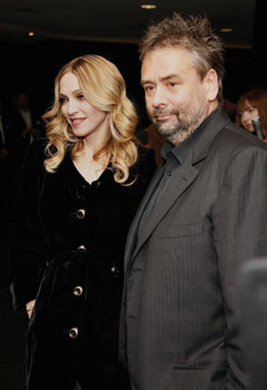 Мадонна (Madonna) и режиссер Люк Бессон (Luc Besson) на премьере мультфильма «Артур и невидимки» (Артур и минипуты, Arhur and the Invisibles), Vue cinema, Leicester Square, Лондон . Фото: Gareth Davies/Getty Images