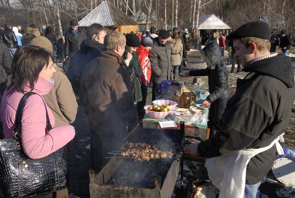 Кроме блинчиков, на масленице предлагали шашлык и другие блюда.Фото: Владимир Бородин/The Epoch Times Украина