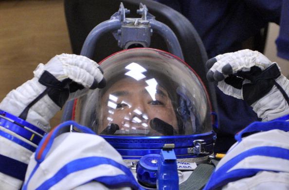 Сатоши Фурукава «примеряет» космическое кресло. Фото: VYACHESLAV OSELEDKO/AFP/Getty Images