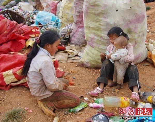 Серед гір сміття - діти. Фото: http://bbs.163.com