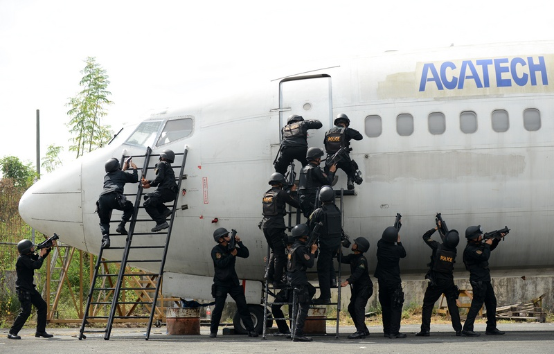 Маніла, Філіппіни, 28листопада. Поліція проводить навчання в аеропорту, щоб запобігти можливим захопленням лайнерів під час різдвяних свят. Фото: NOEL CELIS/AFP/Getty Images