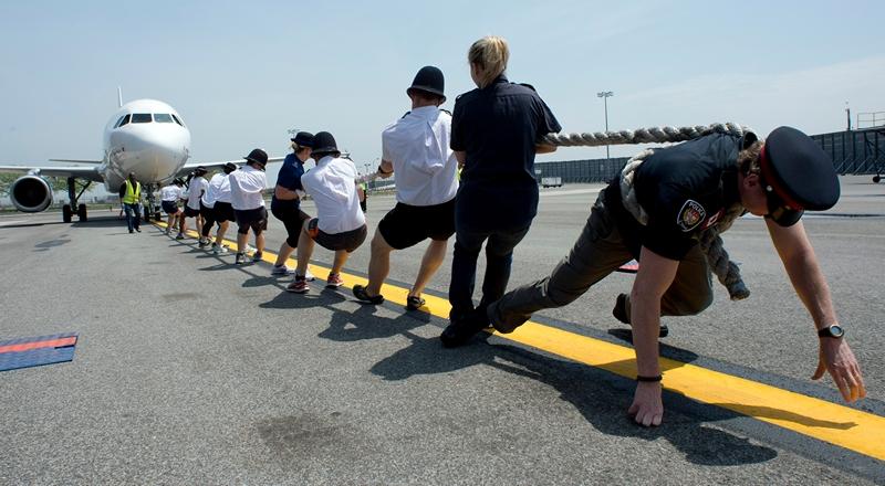 Нью-Йорк, США, 20 травня. В аеропорту ім. Кеннеді проходять змагання із найшвидшого переміщення на 100 футів лайнера А320 для сприяння благодійній організації «Зцілимо дітей від раку». Фото: DON EMMERT/AFP/Getty Images