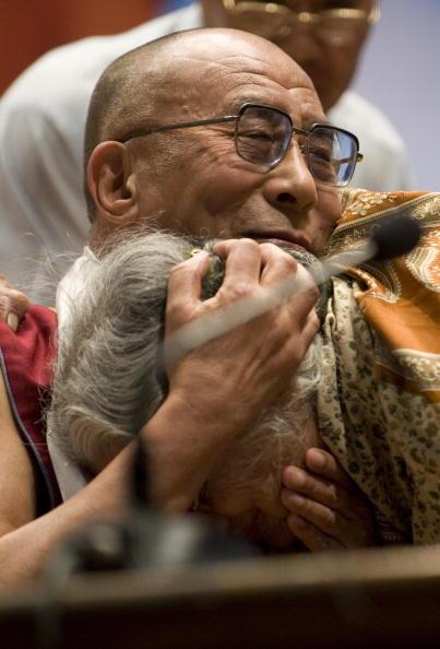 Сотни тибетских беженцев и гостей Индии приняли участие в праздновании 74-го Дня рождения Далай-ламы XIV. Индия. 6 июля. Фото:Getty Images